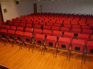 Stoli v prireditveni dvorani