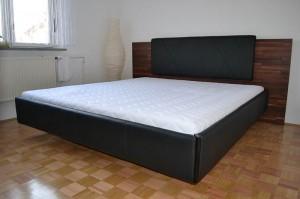 Moderna črna postelja